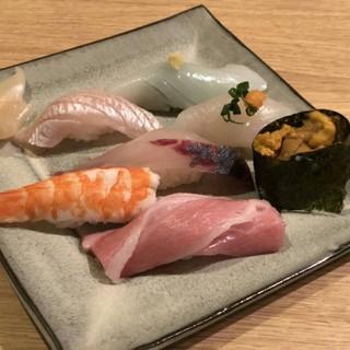 烏賊・地魚・近海物の極上雲丹・本鮪大トロ・七貫握り1620円
