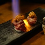 馬焼肉専門店うまえびす - 霜降り中トロ炙りウニのっけ寿司