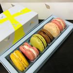 ピエール・エルメ・パリ - この「春バージョン」のBOXがかわいい!!限定の穴あきデザインの紙袋もかわいい(๑>◡<๑)♡
