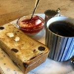 ラパン・アジル - ブレンドコーヒー430円とレーズントーストのモーニング