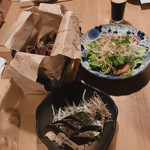 Yoshizakishokudou - 左奥:野菜チップス 右奥:パパイヤサラダ 手前:わら焼き塩タタキ
