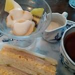 106251864 - バナナ中心のフルーツと紅茶