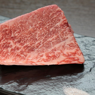 肉汁がこぼれ出す厳選牛<近江牛ステーキ>をリーズナブルに。