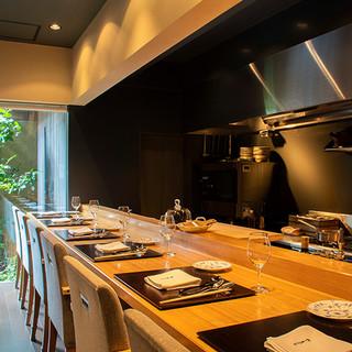京町家を改装した優美な空間で、坪庭を眺めながら美食を愉しむ