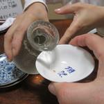 大和田鮨 - 獺祭が注がれる
