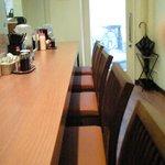キッチン たか - 店内のカウンター席の風景です
