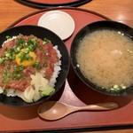 海鮮居酒屋 山傳丸 - とろ中落ちユッケ丼(¥980)