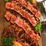 炭火焼ステーキ 岡田 - 食べやすくカットして目の前へ