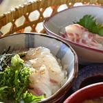 和食処 本陣 - 桜鯛の身を、まずは何もつけずに食べて下さいと言われた。 昆布締めのような味がほんのりついてて美味しかったけど、後からかける 醤油出汁も、酢飯と合わさって美味しかった!