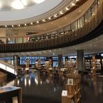 マルマーケット - 広い図書館に併設
