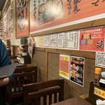 革麺家 - 壁にはいろいろ貼ってる。 メニューやら格言やら写真やら。