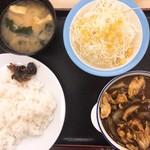 松屋 - 料理写真:ごろごろ煮込みチキンカレー生野菜セット