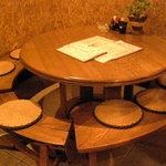 四季酒菜 かえん - 大人気の丸テーブルは7人座れます。ご予約はお早めに!