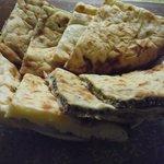インド・エスニック料理&バー ダナパニ - チーズナン(\500)&スペシャルナン(\590)
