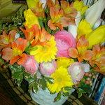 四季酒菜 かえん - 8周年の時にいただいたお花。皆さんいつもありがとうございます。