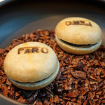 FARO - 黒胡麻ガナッシュと求肥(ぎゅうひ)とミントとブラックベリーの最中