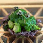 FARO - 黒米チップスの上に菜の花のペーストとローストをのせて