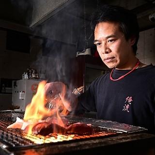 炭焼きのプロによるライブさながらの調理。