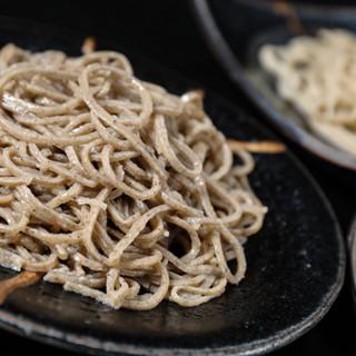 石臼挽き自家製粉の香り高い玄蕎麦と喉越しが良い丸抜きのお蕎麦