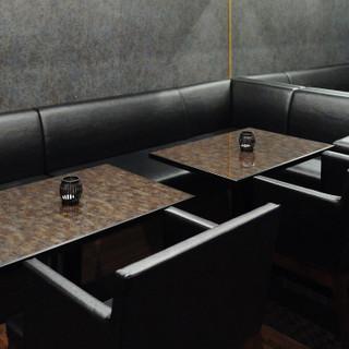 寛ぎのソファー席は最大6名様まで利用可能。貸切も承ります