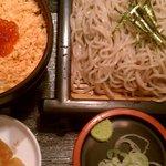 南部いろり庵 盛岡駅店 - 季節限定のミニ鮭いくら丼セット(800円)