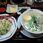 10634672 - 久留米の龍、チャーハン(並)セット、激辛トッピング大辛(5倍)とおろしにんにくを別皿で。それに、自家製高菜です。