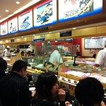 すし 銚子丸 - 入り口付近より店内・・縞アジなど一匹並ぶ