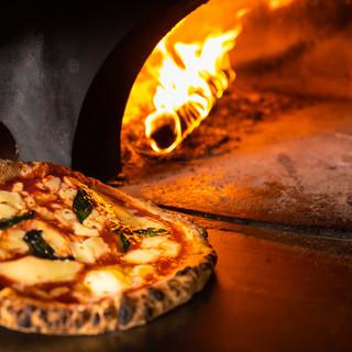 イタリア製の薪窯で焼く本格ナポリピッツァ