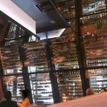 BRASSERIE D & SWEETROOM - すごい数のワインが並ぶ内観