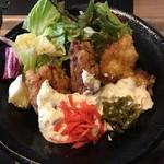 Hakatajidorisemmonryourifukueikumiai - ちゃんと甘酢を潜らせていたけどタルタルに何故か紅生姜と高菜がトッピングされている