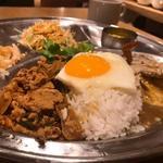 UBU CAFE - 渡り蟹と卵のプーパッポンカレー&ガパオの合い盛りプレート