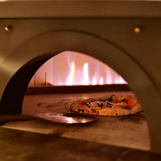一枚一枚丁寧に釜で焼き上げるピザは絶品♪