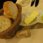 ラ・グラン・ポルト - パンは2種類(バゲットと丸パン) バターとオリーブオイルと一緒に