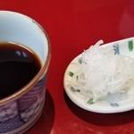 蕎麦 たかま - つゆは少しも濃いめの醤油ベース、鰹節の香りがします。       薬味は白葱と山葵。       つゆはもう少し大きめの入れ物だと良かったかな。