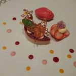ル レストラン マロニエ - イチゴとベリーのムース ラリューヌにマカロンブローチを添えて