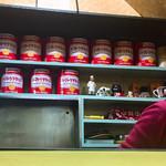 赤ちゃん食堂 - 大量のトマトケチャップ缶