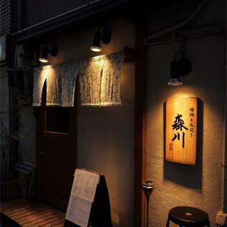 店主自ら厳選するお酒。稀少価値の高い日本酒や焼酎が揃います…