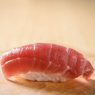 札幌や豊洲から仕入れ。全国各地の新鮮な魚を握りで堪能できる