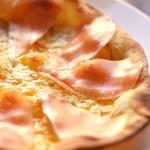 キリンビアホール 麦 - 生ハムとローズマリーのオイルピザ