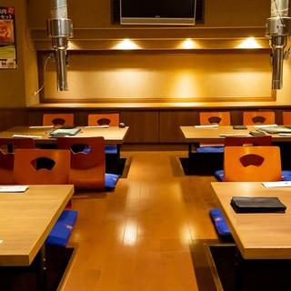 ゆったりスペースの掘りごたつ席。各テーブルで仕切りを入れることも可能。
