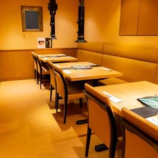 4名様用テーブル席×3。小宴会などでもご利用可能です。