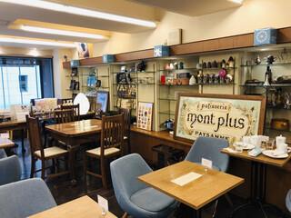 パティスリー モンプリュ 本店 - 店内は広々としている空間。カフェスペースも充分にありますよ〜((o(^∇^)o))