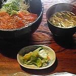 ふくらい家笑福 - 名物の信州サーモン丼995円。