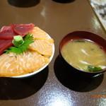 新・函館市場 - まぐろ&サーモン丼