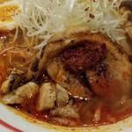 麺部屋 綱取物語 - チャーシューと辛味