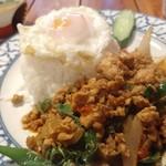 バーンチェン - 鶏肉のバジル炒めご飯。