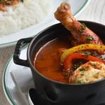 CURRY CLUB キュイエール - 料理写真:骨付き鶏モモ肉バスク風チキンカレー