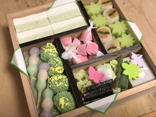 亀末廣 - ★★★ 京のよすが ¥3,600 2段になっています。求肥のお菓子は美味しかったけど、お干菓子系はザラッとしてて私の好みじゃなかったー(^_^;)、