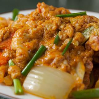イチオシはカニと玉子のカレー炒め「プーニムパッポンカリー」