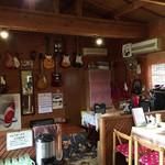 里山の食事処 山小屋亭 - ギターは何本